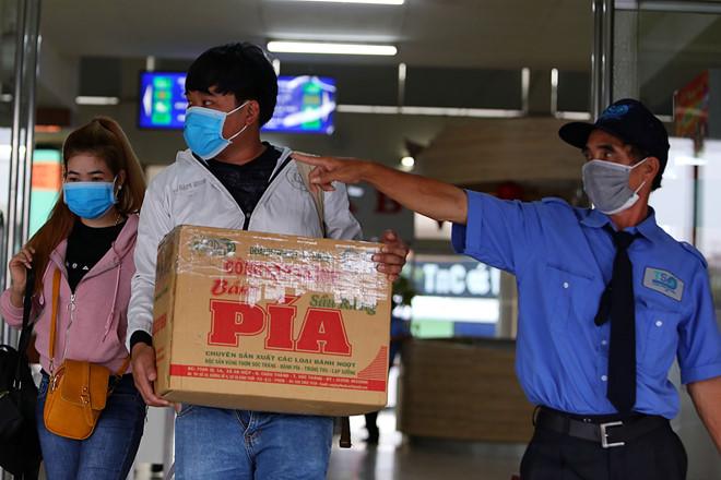 Hành khách đón xe từ bến xe Miền Đông đi về các tỉnh. /// Ảnh: Đậu Tiến Đạt