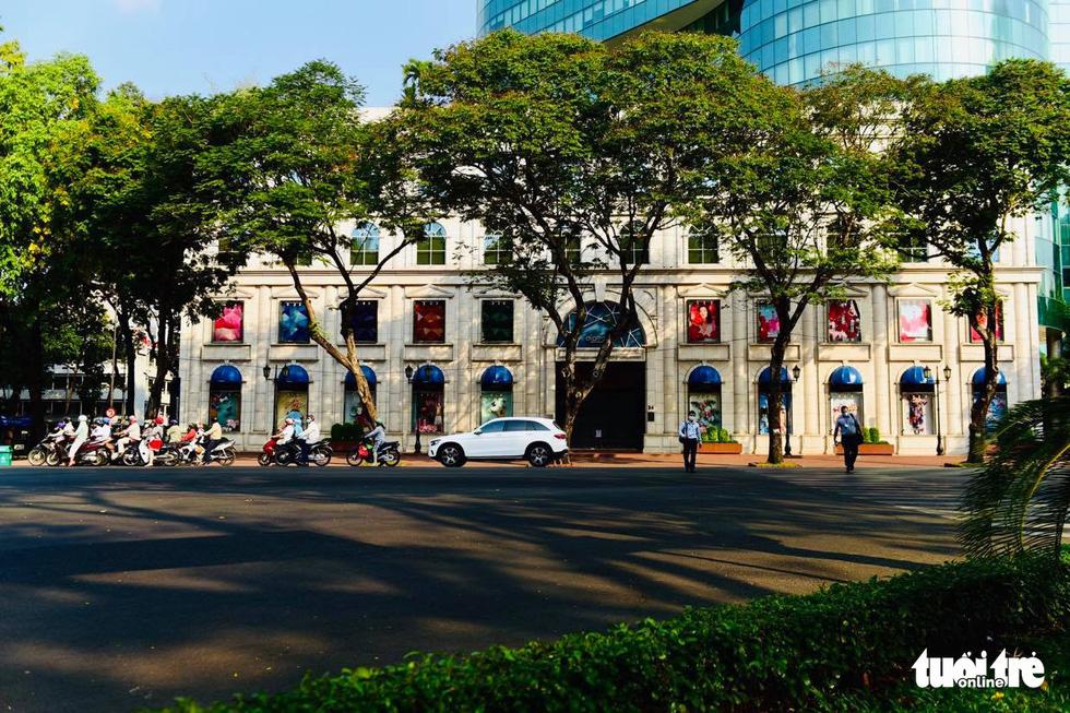 Sài Gòn vắng lặng khác lạ trong ngày đầu cách ly toàn xã hội - Ảnh 3.
