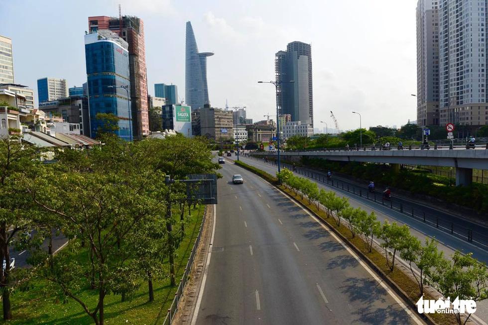 Sài Gòn vắng lặng khác lạ trong ngày đầu cách ly toàn xã hội - Ảnh 5.