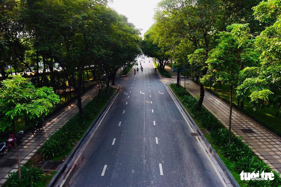 Sài Gòn vắng lặng khác lạ trong ngày đầu cách ly toàn xã hội - Ảnh 6.