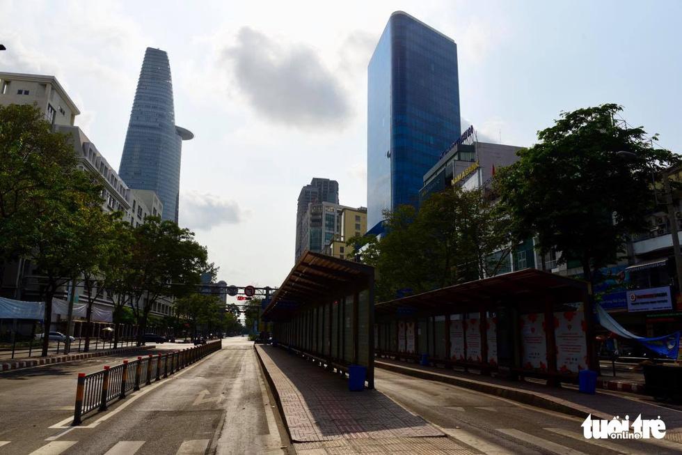 Sài Gòn vắng lặng khác lạ trong ngày đầu cách ly toàn xã hội - Ảnh 7.