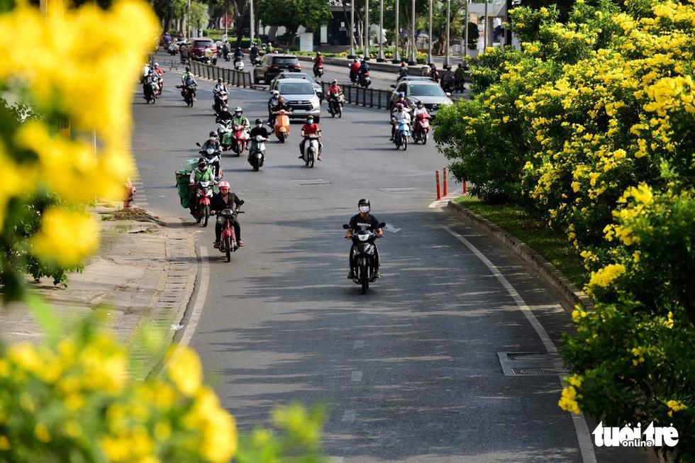 Sài Gòn vắng lặng khác lạ trong ngày đầu cách ly toàn xã hội - Ảnh 8.