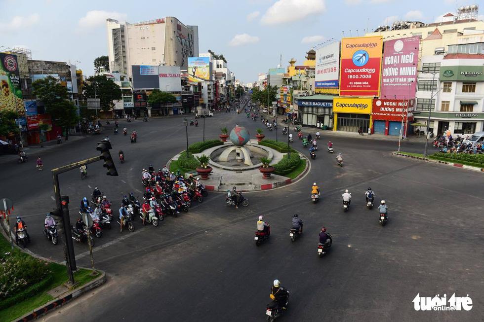 Sài Gòn vắng lặng khác lạ trong ngày đầu cách ly toàn xã hội - Ảnh 9.