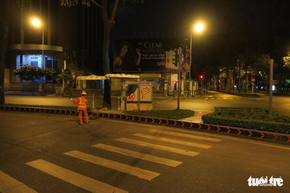 Sài Gòn vắng lặng khác lạ trong ngày đầu cách ly toàn xã hội - Ảnh 17.