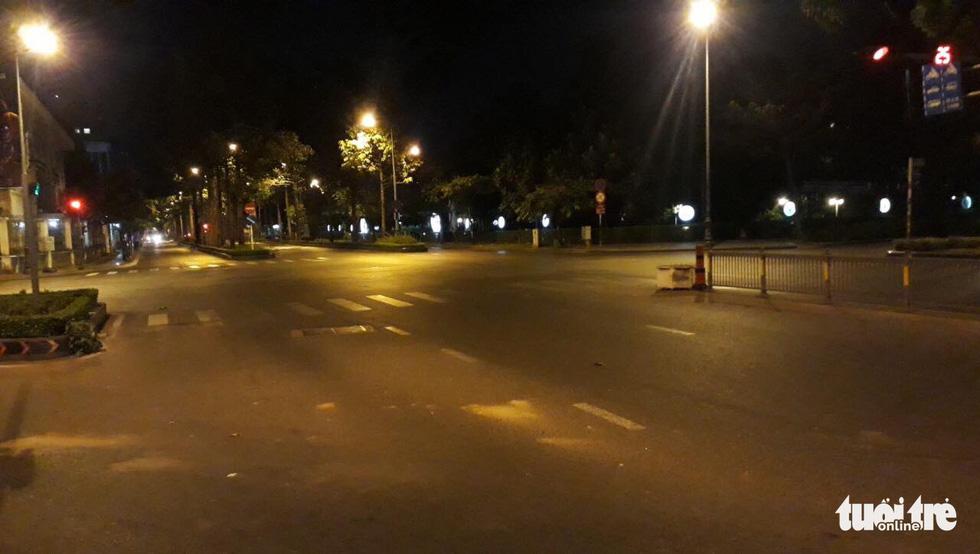 Sài Gòn vắng lặng khác lạ trong ngày đầu cách ly toàn xã hội - Ảnh 18.