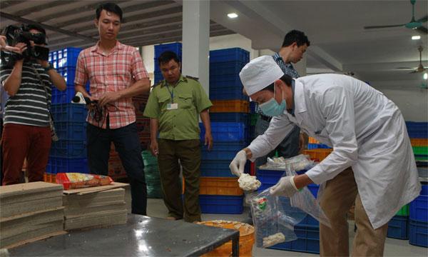 Hà Nội: Phát hiện kem trộn bẩn trong bánh Tân Hoàng Gia - Ảnh 1.